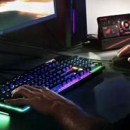 ASUS、ゲーム向けのスマホ『ROG PHONE』を発表 外付けファンやデスクトップとして構築できる周辺機器も用意