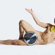 gumi、『誰ガ為のアルケミスト』でお笑い芸人「アキラ 100%」さんとコラボ企画が決定! あのお盆がスキンに!?