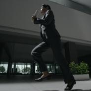 DeNA、和田アキ子さんを起用した『進撃の巨人 -自由への咆哮-』のTVCM第2弾「現実の巨人 走る」篇を放送…激しい地鳴りと共にアッコさんが走る