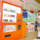 スクエニ、業界初の蹴る自販機「とある電撃姫の蹴自販機」を新宿駅に設置 コスプレイヤー・伊織もえさんがるあの名シーンを完全再現!