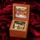 キャラアニ、『アイドルマスター』シリーズ15周年を記念したオルゴールを発売! 楽曲は「なんどでも笑おう」を使用